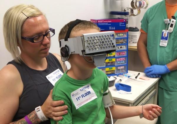 打针怕疼?医院用VR帮助你忘记瞬间痛疼
